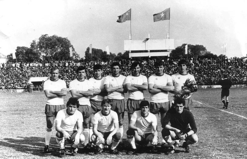 1986 год. Турне хабаровских армейцев по Вьетнаму. Во втором ряду, в середине стоит Сергей Козлов.