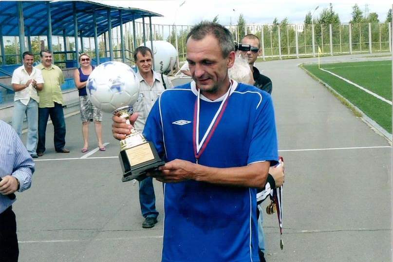 Сергей Козлов с кубком за победу в турнире ветеранов.